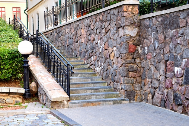 Scale e muro di pietra di un edificio