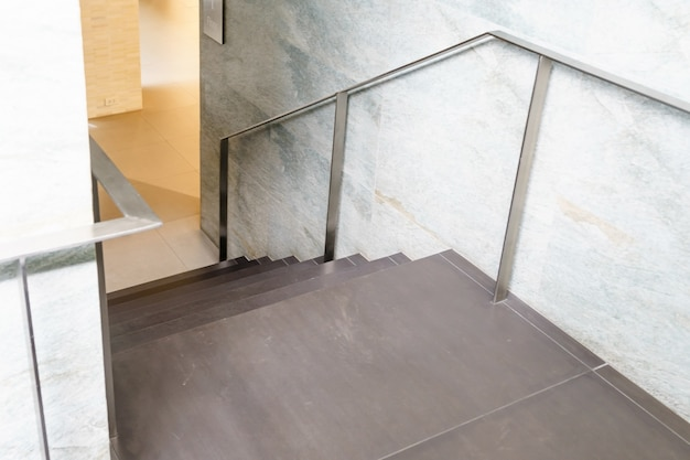 Scale interne, scala in casa moderna, scala in edificio moderno