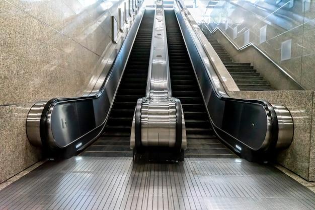 Scale mobili della metropolitana sfocate per passeggeri o viaggiatori
