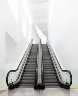 Scale mobili di lusso moderne su edificio interno
