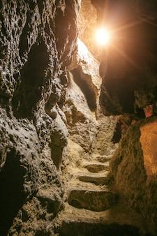 Scale nella grotta di roccia