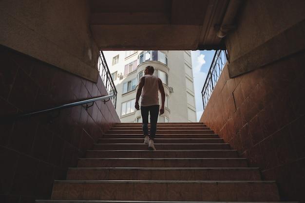 Scale rampicanti del giovane in sottopassaggio pedonale