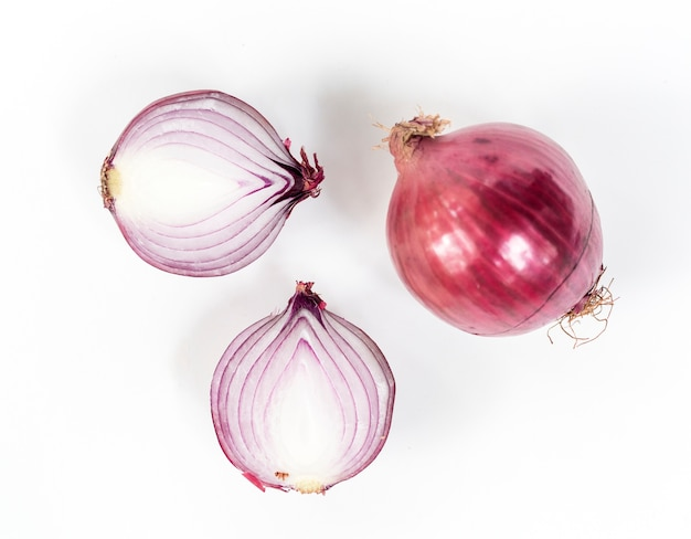 Scalogno della cipolla rossa isolato su bianco
