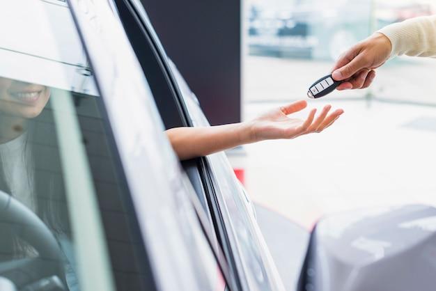 Scambio di chiavi in concessionaria
