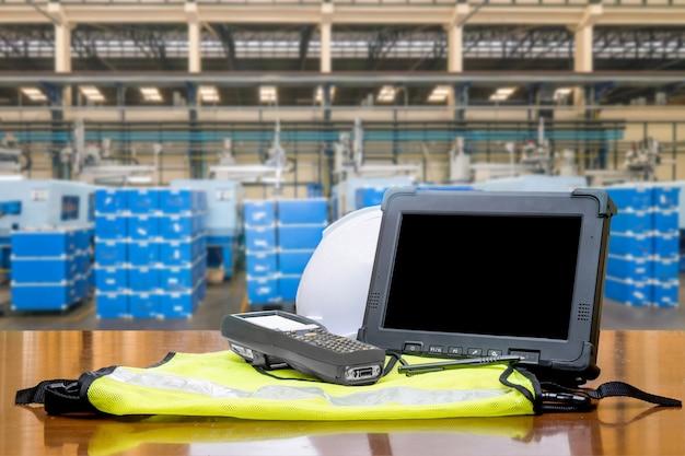 Scanner di codici a barre bluetooth davanti al moderno magazzino in fabbrica
