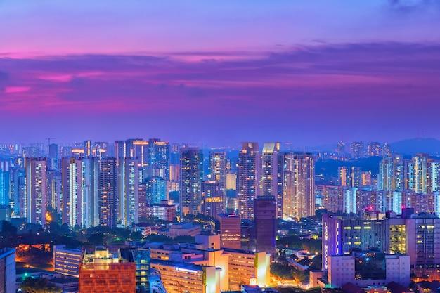 Scape città in tempo crepuscolare.