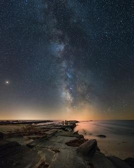 Scape composito di notte nella spiaggia all'interno del parco naturale della costa sud della spagna