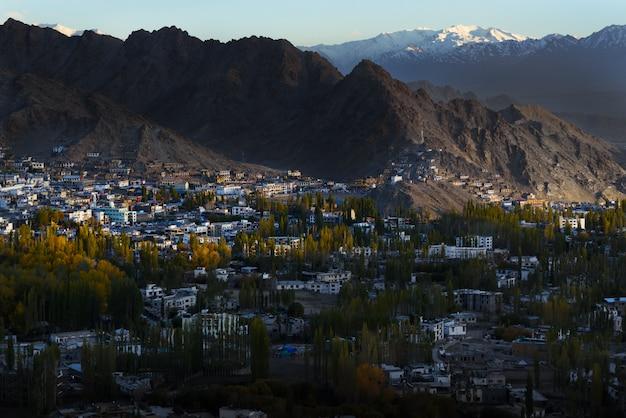Scape della città di leh ladakh con luce solare