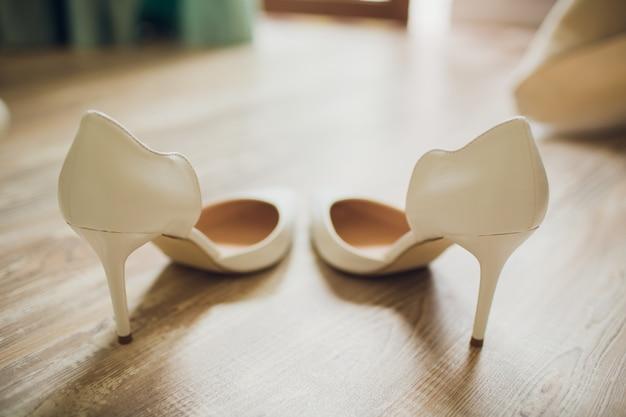 Scarpa bianca della sposa. sfondo del tema del matrimonio.