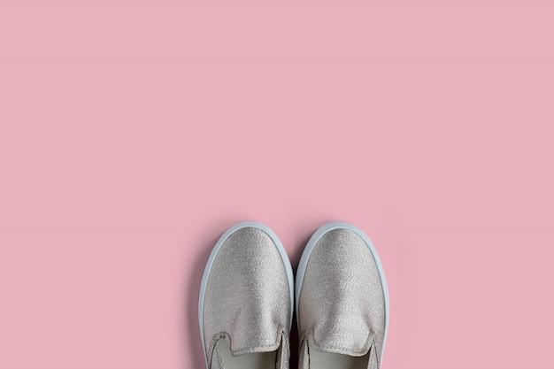 Scarpe alla moda donna con glitter su sfondo rosa con spazio vuoto per il testo
