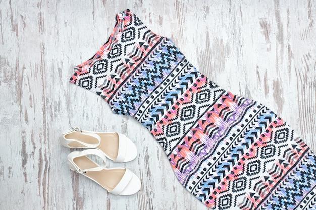 Scarpe bianche e vestito colorato in un ornamento