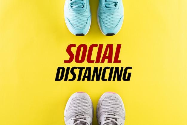 Scarpe con il concetto di distanziamento sociale del testo