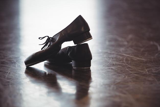 Scarpe da ballo sul pavimento di legno