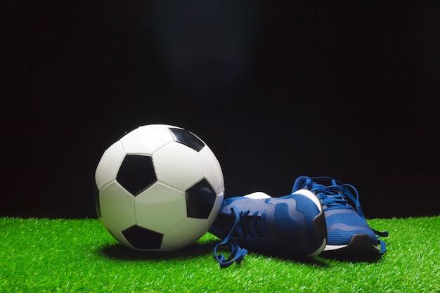 Scarpe da calcio e palla