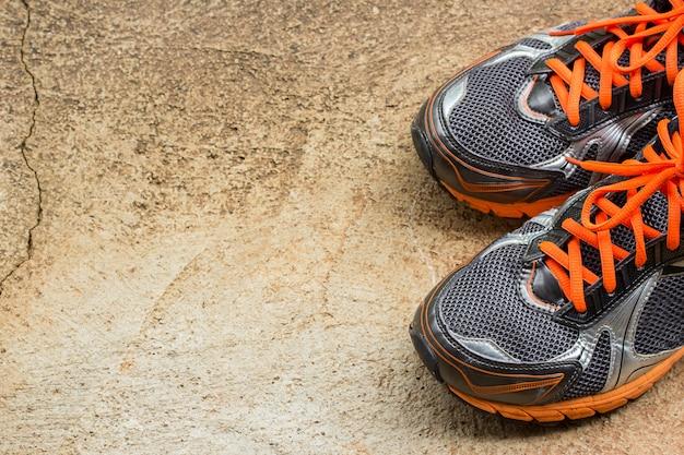 Scarpe da corsa da uomo su una strada