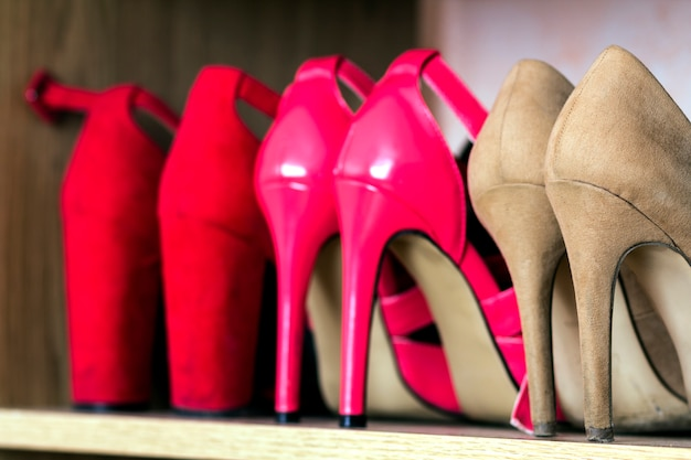Scarpe da donna alla moda tacco alto su una mensola