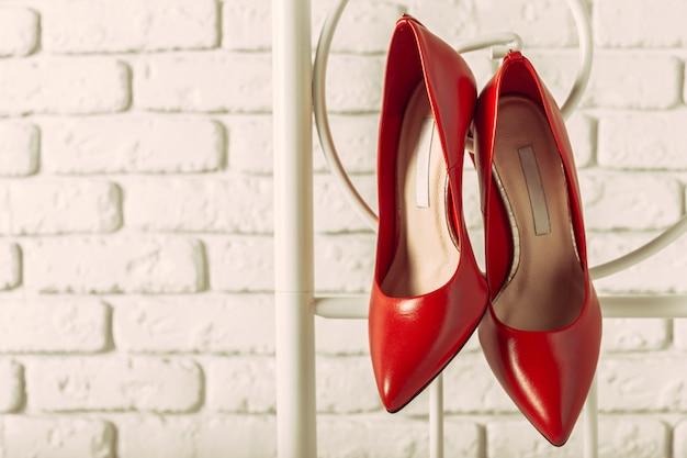 Scarpe da donna rosse in camera