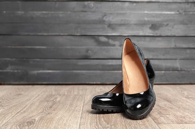 Scarpe da donna su legno