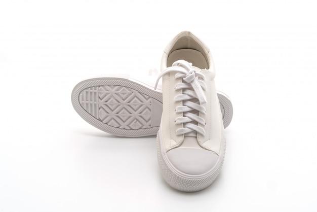Scarpe da ginnastica bianche su sfondo bianco