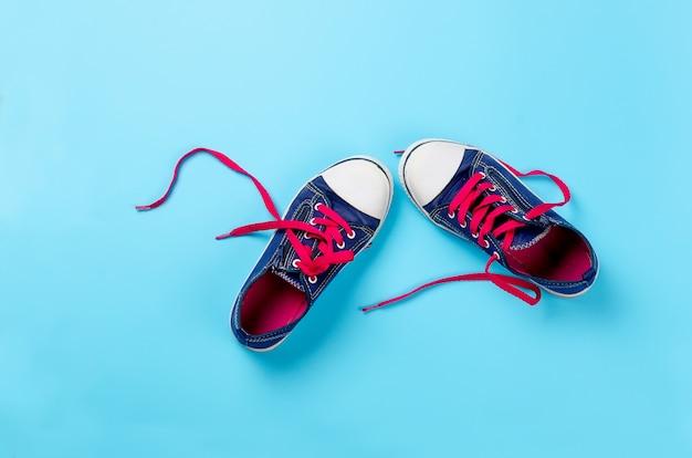 Scarpe da ginnastica classiche sopra l'azzurro, sopra la vista. immagine con spazio per il testo o altro design