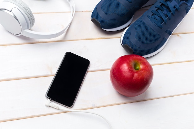 Scarpe da ginnastica e cellulare con cuffie