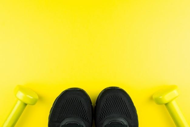 Scarpe da ginnastica e manubri per il fitness