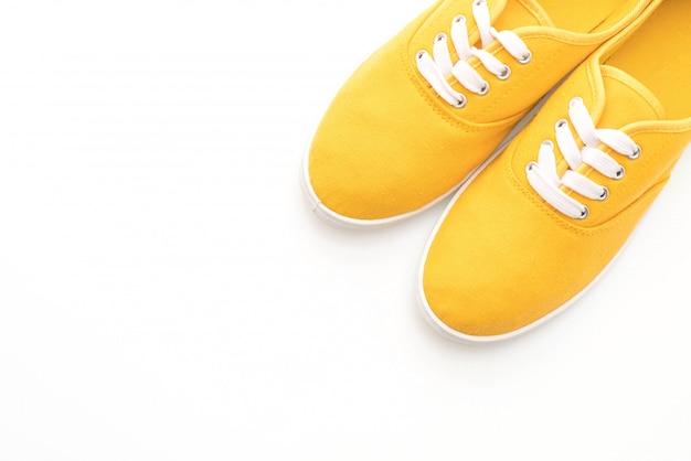 Scarpe da ginnastica gialle su sfondo bianco