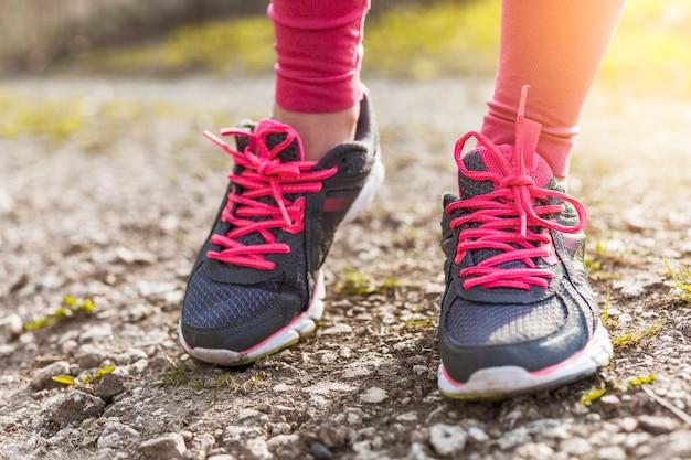Scarpe da ginnastica grigie e rosa a terra
