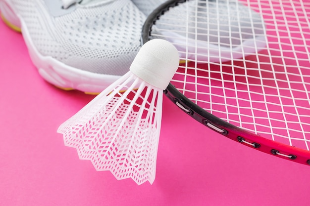 Scarpe da ginnastica, racchette da badminton e volano