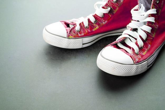 Scarpe da ginnastica rosse sul pavimento scuro