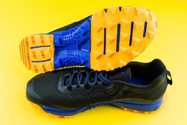 Scarpe da ginnastica su sfondo giallo