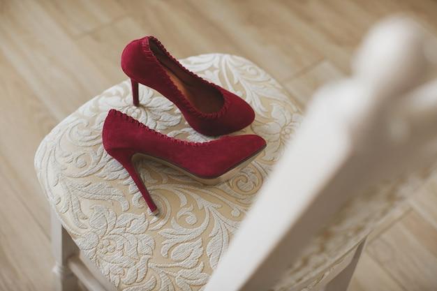 Scarpe da sposa da donna su sedia