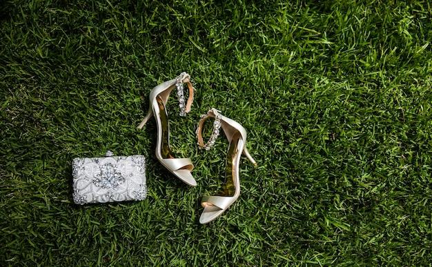 Scarpe da sposa di lusso sull'erba
