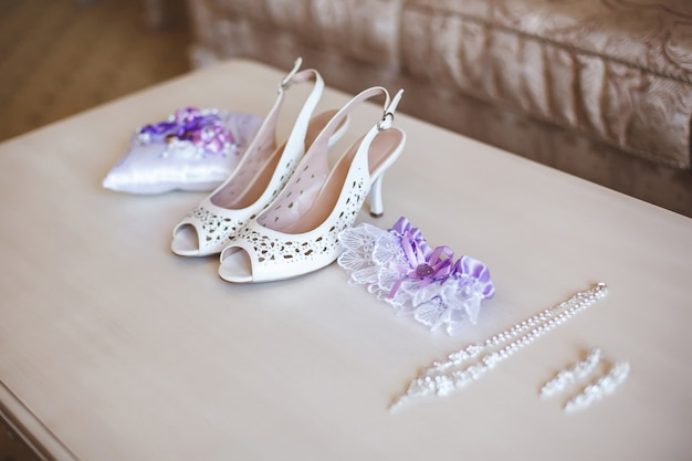 Scarpe da sposa e gioielli per la sposa