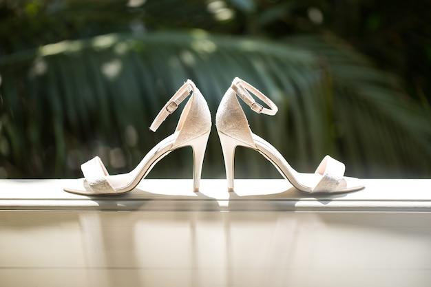 Scarpe da sposa eleganti e alla moda.