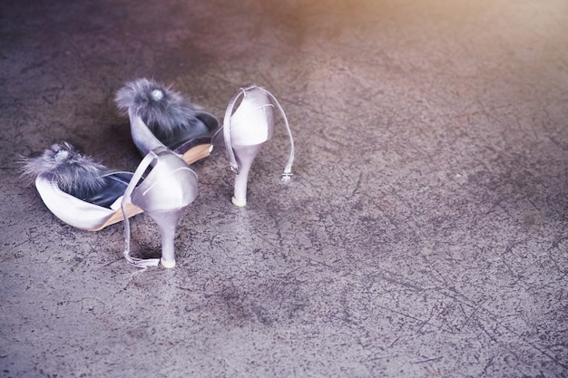 Scarpe da sposa sul pavimento di cemento. scarpe da sposa
