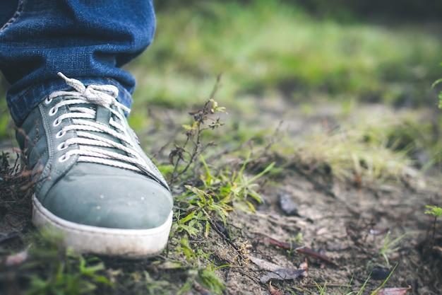 Scarpe da tennis grigie sull'erba fuori città