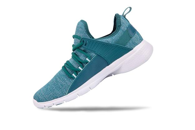 Scarpe da tennis o scarpa da corsa verde di sport isolate