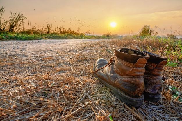 Scarpe da trekking in pista nel tramonto
