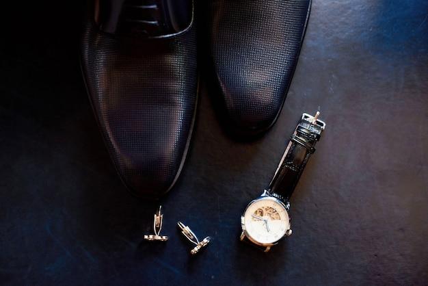 Scarpe da uomo in pelle, orologio e gemelli