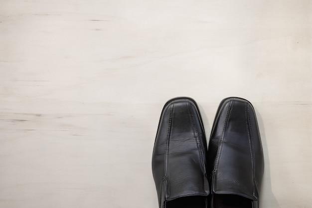 Scarpe da uomo in pelle su legno