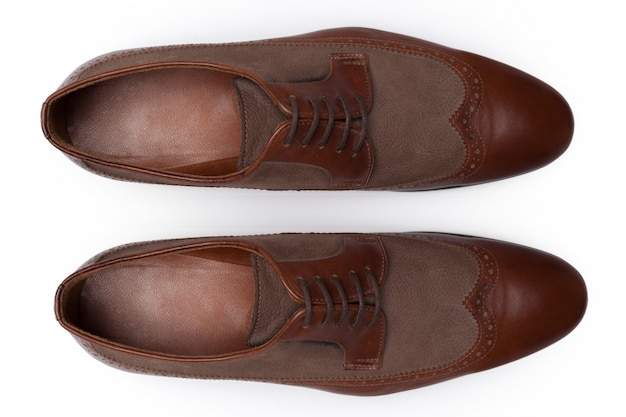 Scarpe di cuoio maschii classiche isolate su una vista bianca e superiore.