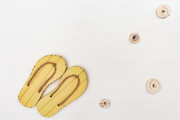 Scarpe di flip-flop di estate su fondo bianco
