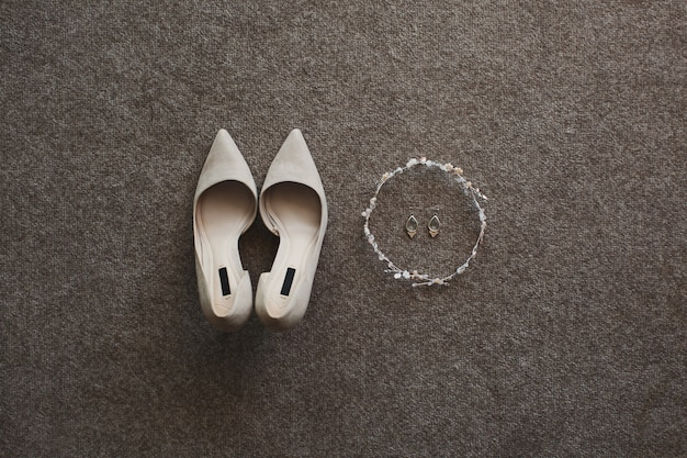 Scarpe e orecchini da sposa beige teneri