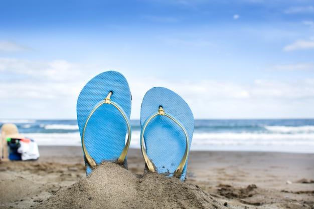 Scarpe estive sulla sabbia