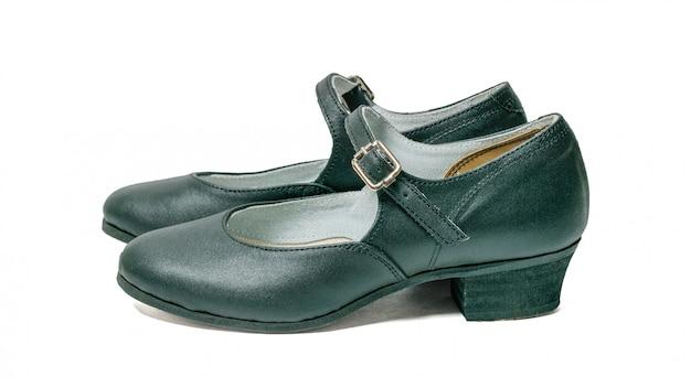 Scarpe fatte a mano di ballo del cuoio genuino isolate su bianco. scarpe da ballo per donna.