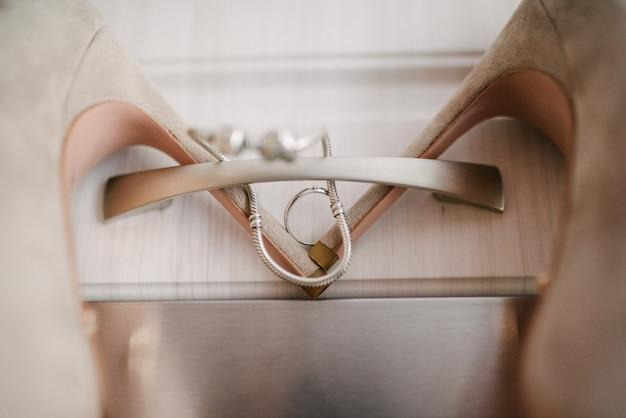 Scarpe festive di nozze della fine della sposa su sul giorno delle nozze