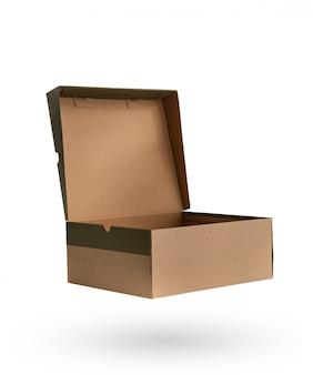 Scarpe imballaggio scatola di carta marrone con isolato su bianco