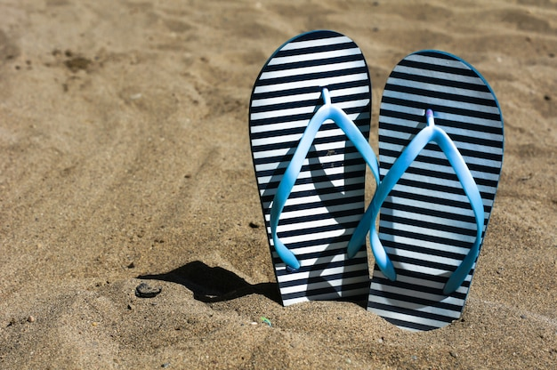 Scarpe infradito sulla sabbia