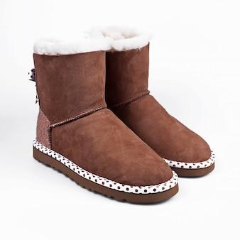 Scarpe invernali marrone su bianco